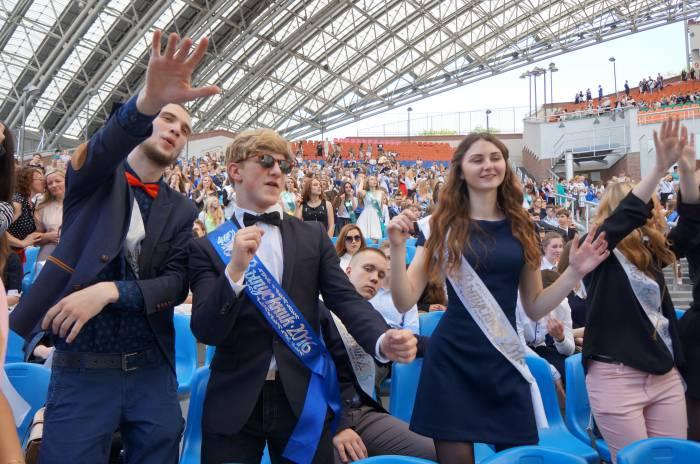 Сотни выпускников создали бешенный водоворот позитивной энергии. Фото Алена Евдокимова