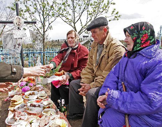 Священники просят не накрывать поминальные столы на кладбище. Фото liveinternet.ru