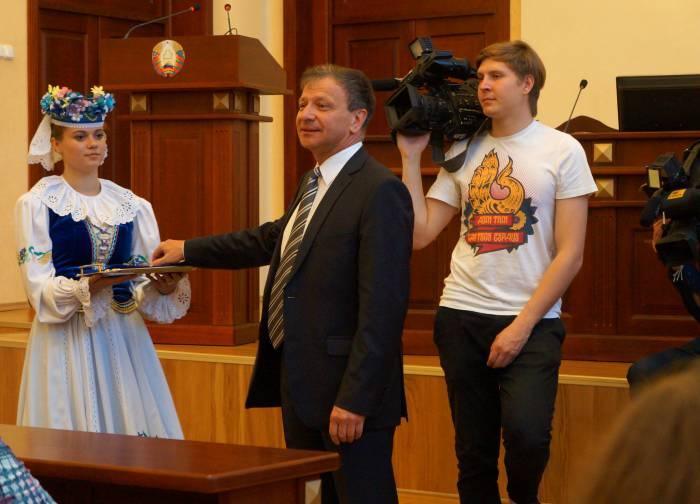 Ключи от нового дома вручал председеталь горисполкома Виктор Николайкин. Фото Алена Евдокимова
