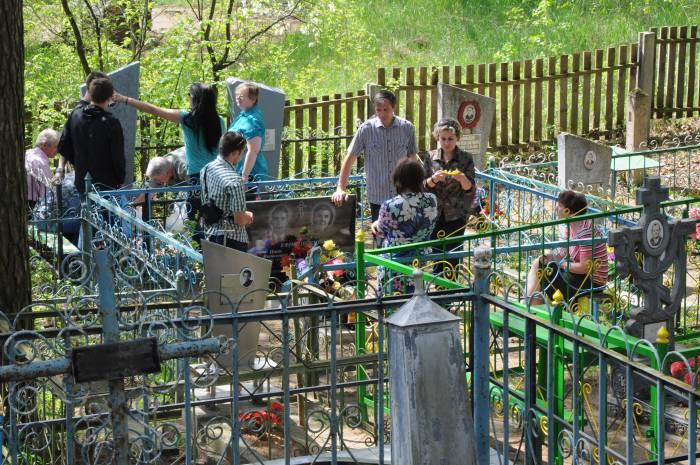 По традиции в этот день люди несут с собой на кладбище еду и напитки, чтобы помянуть усопших. Фото Анастасии Вереск