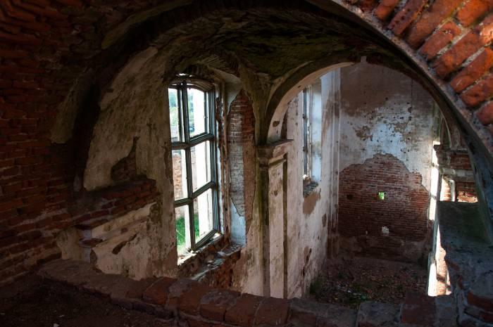 Сейчас здесь только пустые окна. Фото Анастасии Вереск