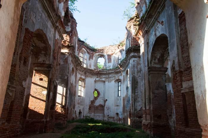 Внутри свод поддерживали колонны, украшенные валютами и пластикой, ниши украшали статуи. Фото Анастасии Вереск