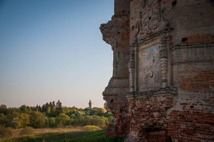 На стене сохранилась узорная рамка, в которую некогда был вписан герб рода Сангушко. Фото Анастасии Вереск