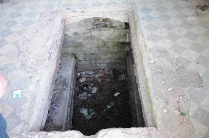 Когда-то здесь были захоронения, теперь только мусор. Фото Анастасии Вереск