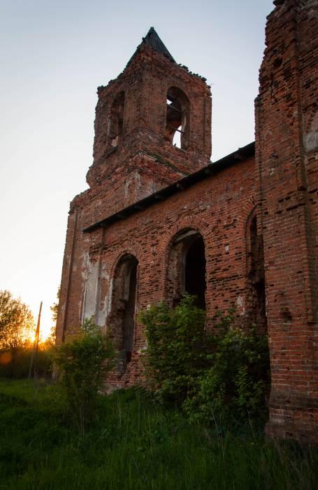 Полуразвалившаяся церковь святого Алексия построена в псевдорусском стиле, весьма популярном в то время. Фото Анастасии Вереск