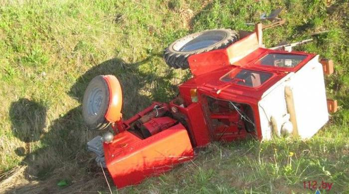 опрокинулся трактор