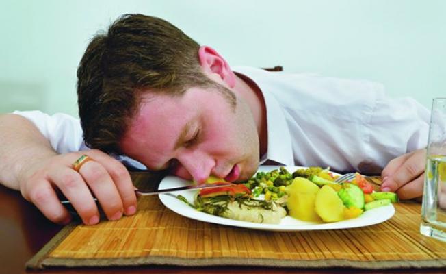 еда, сон, сон за столом