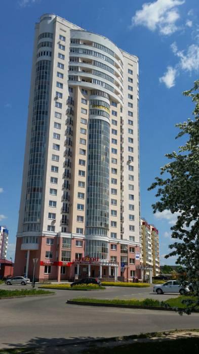 На первом этаже высотки на ул. Правды примостился магазин сувениров. Фото: Аля Покровская