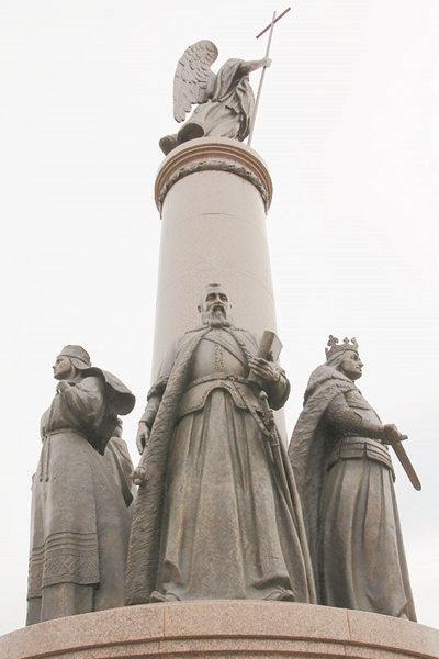 Скульптура Радзивилла Черного на памятнике тысячелетия Бреста. Фото bel-jurist.com