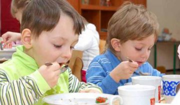 А ваши дети едят в саду с удовольствием? Фото fotodeti.ru