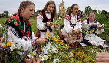 Плетение венков часто сопровождалось песнопениями. Фото villina.net