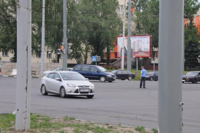 Проблему создает и то, что не все водители понимают сигналы регулировщика. Фото Анастасии Вереск
