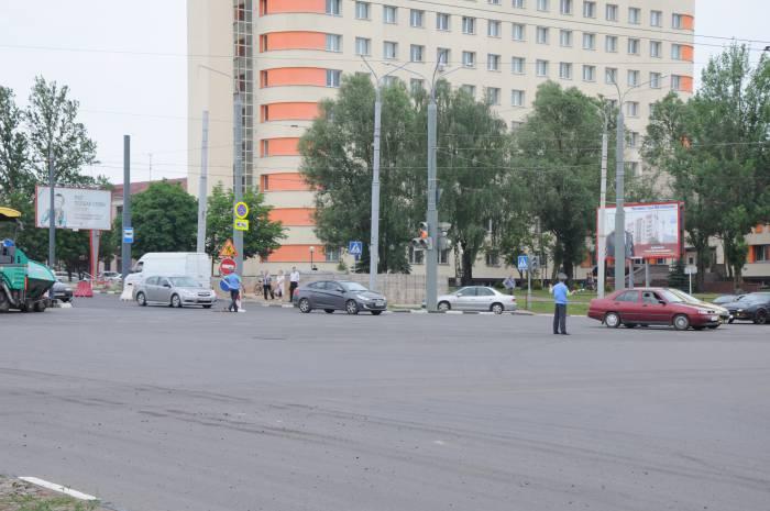 Два регулировщика контролируют ситуацию на дороге. Фото Анастасии Вереск