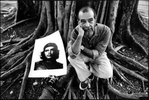 Альберто Корда и его знаменитый портрет. Фото oscarenfotos.com
