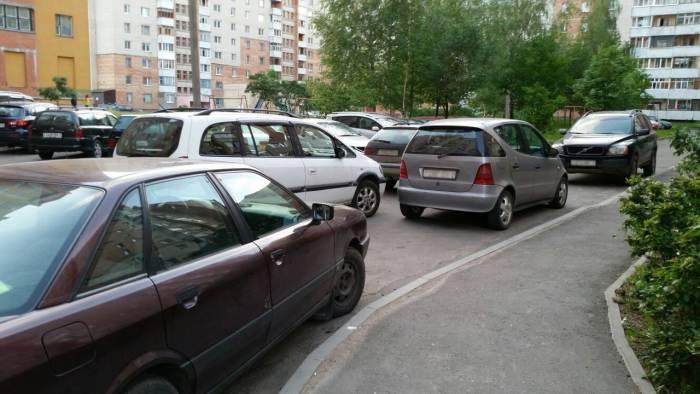 Ставим машины в три ряда. Фото: Аля Покровская