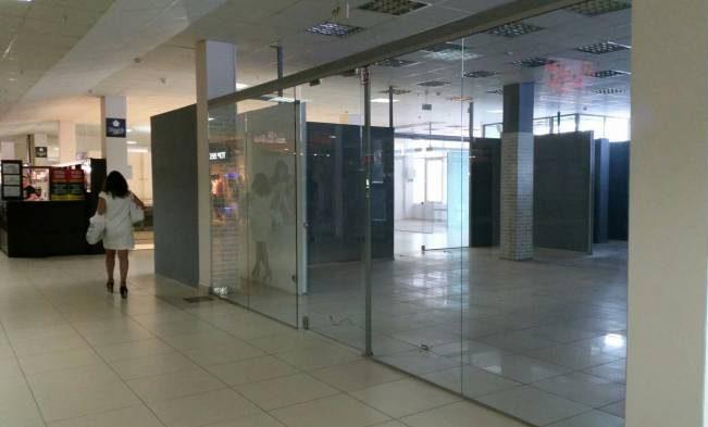 Вот так пусто и просторно встречают некоторые магазины в «Марко-сити». Фото: Аля Покровская