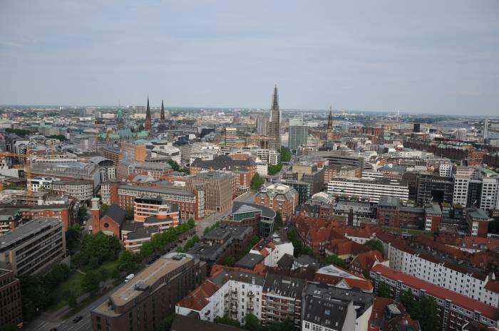 В городе множество зданий с высокими шпилями. Фото Анастасии Вереск