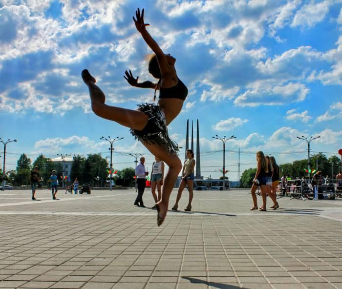 Огонь танца, прыжок, танец,молодеж