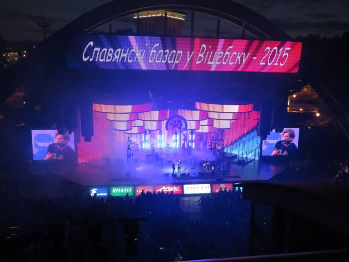 Спонсоры фестиваля горят огнями возле сцены Летнего амфитеатра. Фото: Аля Покровская