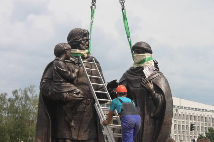 Высота скульптуры - более четырех метров. Фото Саши Май
