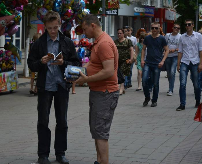 Распространители часто подходят на улице. Фото из социальных сетей