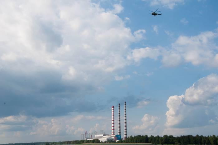 Вертолет над Лукомльской ГРЭС. Фото Анастасии Вереск