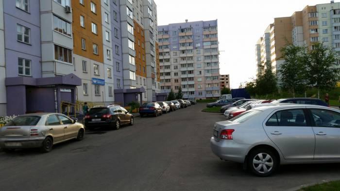 Еще одна череда любителей парковаться у подъезда. Фото: Аля Покровская