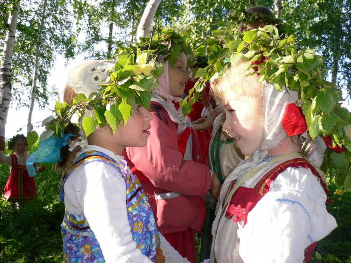 Многие гадания на Троицу связаны с венками. Фото fotodetstvo.ru