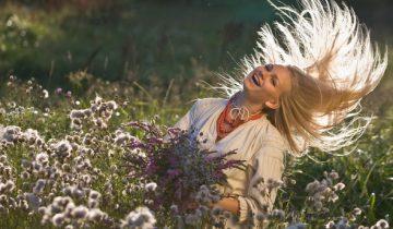 Распущенные волосы в этот день обязательны. Фото photo99px.ru