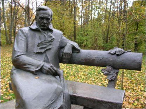 Памятник поэту на его даче в Оршанском районе. Фото krynica.info