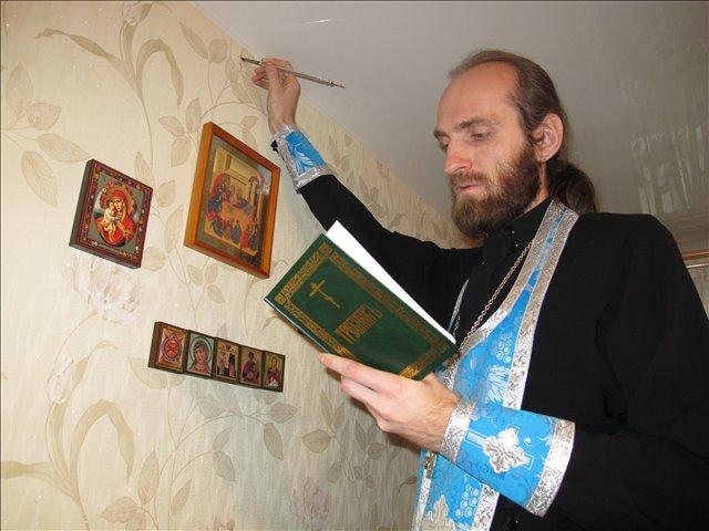 Как правило, пригласить священника осветить один из самых простых и авторитетных способов борьмы с паранормальными явлениями в квартире. Фото www.ekbmiloserdie.ru