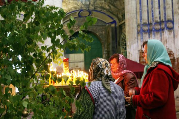 Поминать усопших накануне Троицы можно как на кладбище, так и в храмах. Фото molodost35.ru