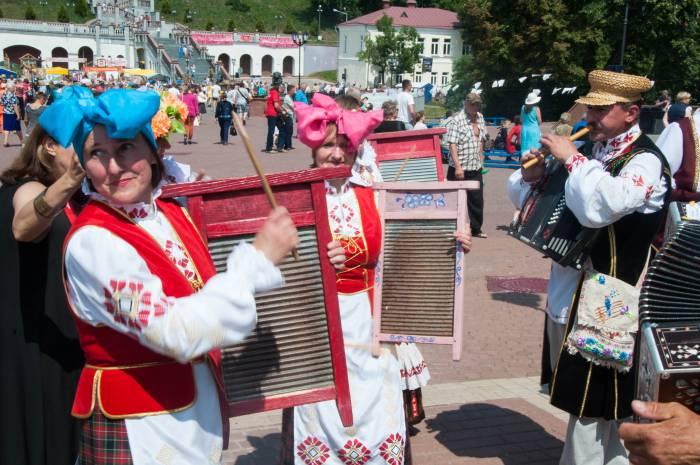 Под музыку с коллективом из Верхнедвинского района. Фото Анастасии Вереск