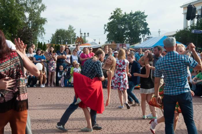 Танцы до упада на Пушкинской площади. Фото Анастасии Вереск