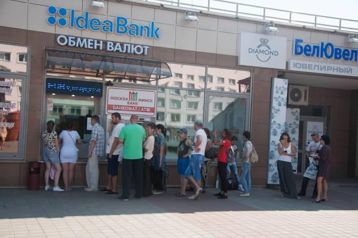 Очереди в банкомат как за бесплатной колбасой. Фото Анастасии Вереск