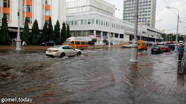 Дождь в Гомеле шел недолго, но ряд улиц оказались подтопленными. Источник фото: соцести
