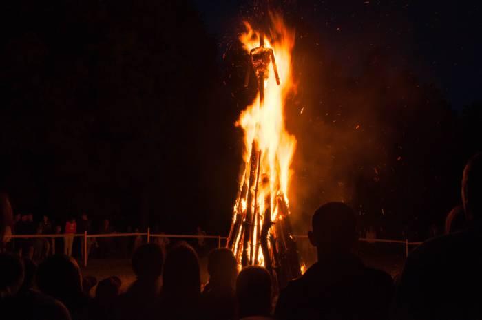 Сожжение чучела - традиционная часть праздника. Фото Анастасии Вереск