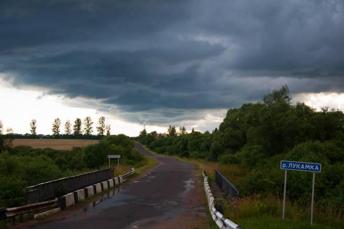 Сыроварня находился совсем рядом с мостом через речку Лукомку. Фото Анастасии Вереск