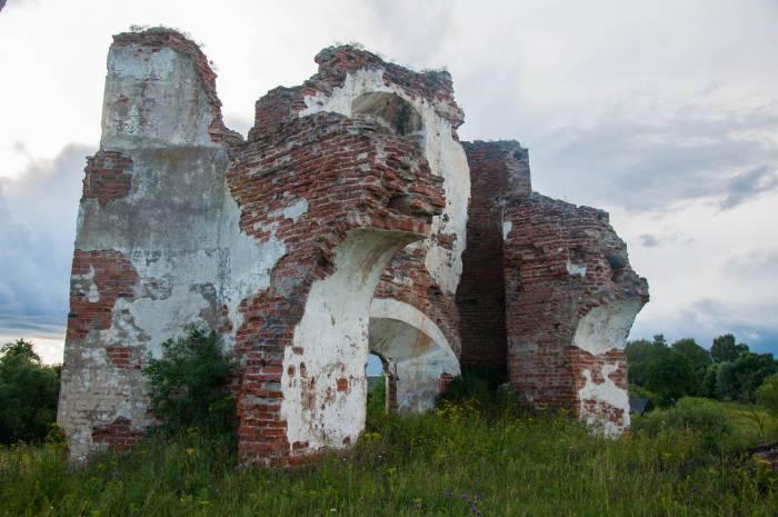 От здания осталось всего лишь несколько стен. Фото Анастасии Вереск