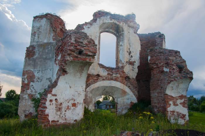 Руины церкви хорошо видно, когда вы проезжаете через деревню. Фото Анастасии Вереск
