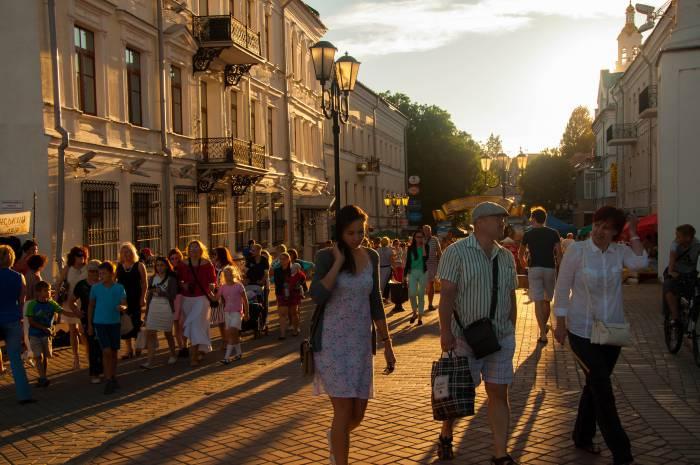 Возле торговых рядов ремесленников людей хоть отбавляй. Фото Анастасии Вереск