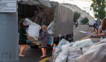 Женщины разбирают торговую палатку на ул. Ленина. Фото Анастасии Вереск