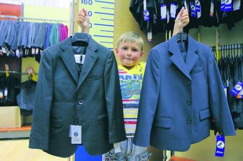 Выбор школьной одежды для мальчика не столь велик. Фото newsukraine.com.ua