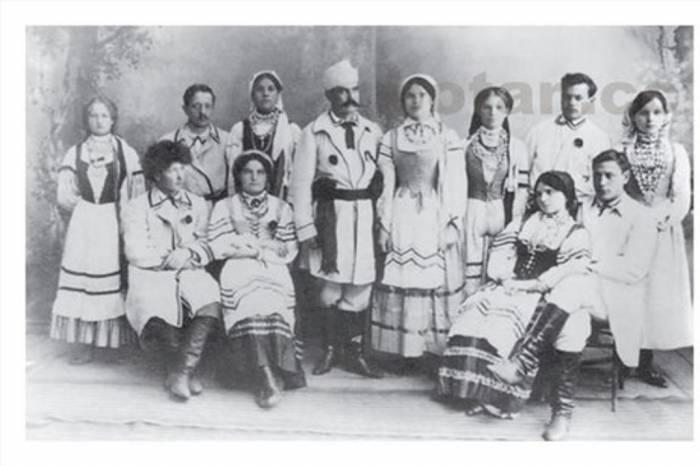 Игнат Буйницкий (в центре)со своими артистами. Фото specnaz.sb.by