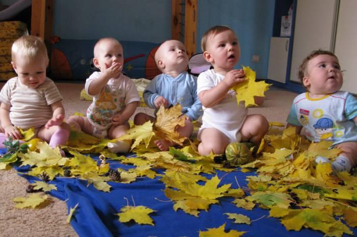 Малыши всегда с удовольствием занимаются со сверстниками. Фото metlomdclub.ru