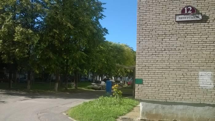 Парковка возле дома по улице Энергетиков, 12. Фото Анастасии Вереск