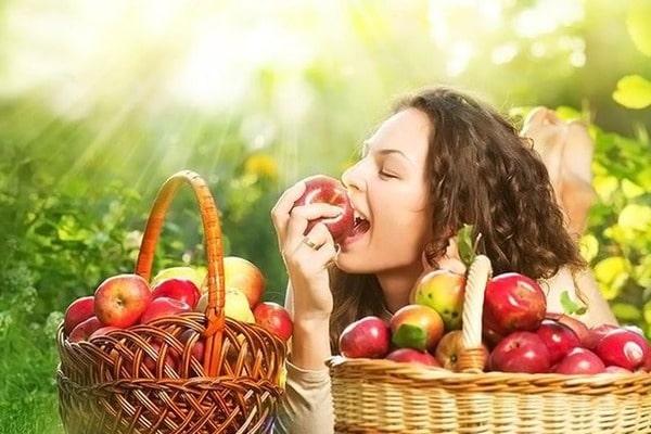Кушать яблоки в этот день можно всем! Фото lady.obozrevatel.com