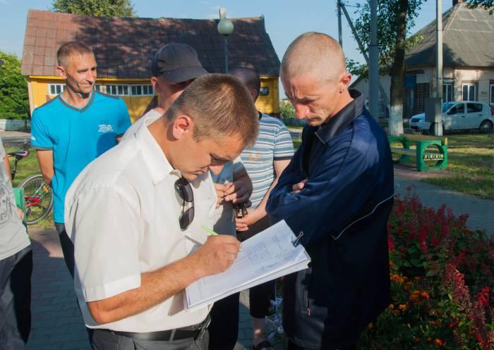 """Сбор подписей """"за"""" и """"против"""" вырубки деревьев. Фото Анастасии Вереск"""