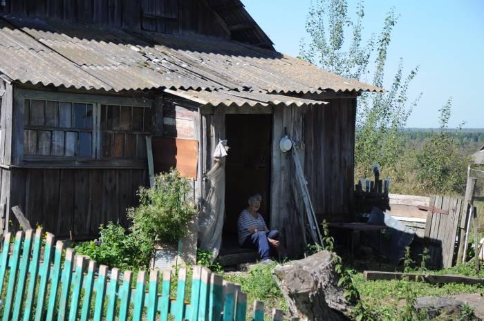 Кто-то не смог прийти на праздник и смотрел издалека, с порога собственного дома. Фото Анастасии Вереск