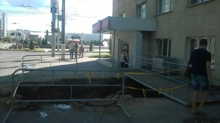 Разрытые участки отгорожены, для удобства пешеходов сделан мостик. Фото Анастасии Вереск